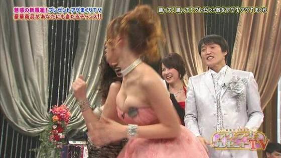 【放送事故画像】あわや乳首まで映るんじゃねえかてくらいオッパイ出てるやん! 05