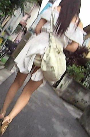【パンチラ画像】色んなハプニングが重なって見えちゃったパンチラw 08
