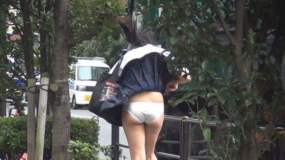 【パンチラ画像】気付いた頃にはもう遅し!ふわっとスカートめくれてパンチラ頂きましたwww 21
