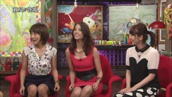 【胸ちらキャプ画像】自分の胸元に注目を集めアピールする女性タレント達! 13