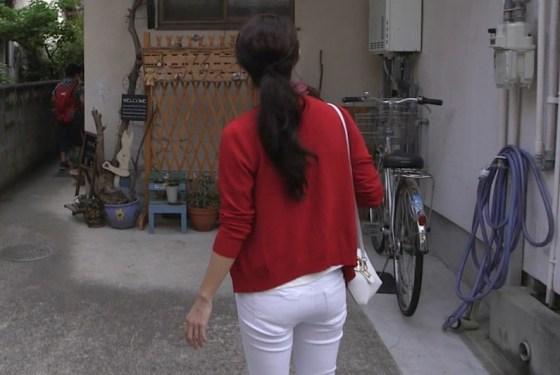 【お尻キャプ画像】むっちりお尻にピッチリ食い込んだズボンがエロさを引き立てるwww 10