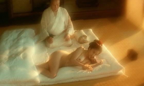 【濡れ場キャプ画像】女優が演じるベッドシーンが乳首丸出しで喘いでてヤバスwwww 21