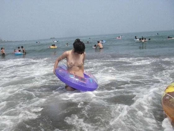 【ハプニング画像】楽しいのは分かるけどはしゃぎすぎて色んなものが水着からはみ出てるぞww 22