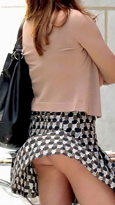 【パンチラハプニング画像】夏の軽いスカートはめくれやすく風ちらが見放題だぜww 16