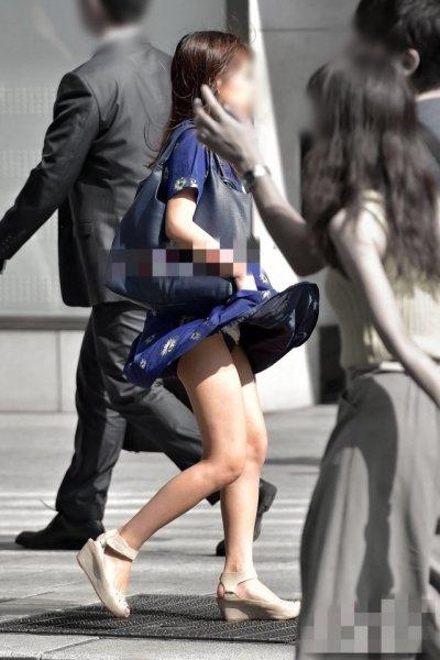 【パンチラハプニング画像】夏の軽いスカートはめくれやすく風ちらが見放題だぜww 20