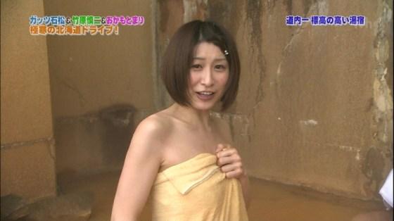 【温泉キャプ画像】バスタオル一枚でテレビに出るとやはり危険は多いのか?ww 08
