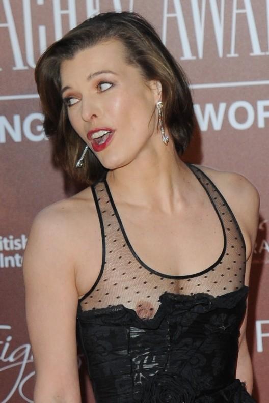 【ポロリ画像】海外の有名人達は乳首くら見えてても動じないww 22