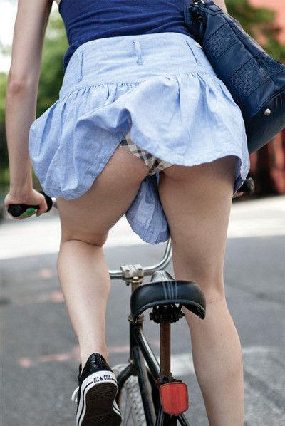 【パンチラ画像】風よもっと吹け!全ての女のスカートをめくるのだww 16