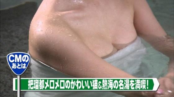 【温泉キャプ画像】温泉レポでバスタオルからはみ出す乳房がエロくてたまらんwww 04
