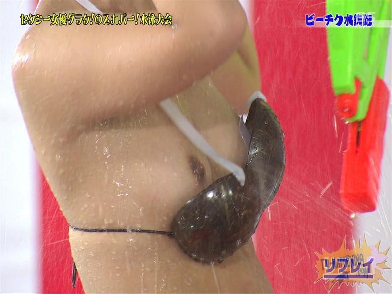 【お宝エロ画像】女優だらけのスカパー水泳大会で美女達が乳首刺激されて感じまくるww(ビーチク水鉄砲編) 37
