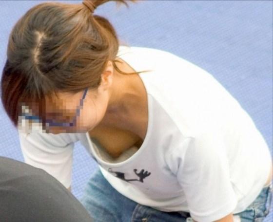 【ポロリ画像】ふと見たら、乳首まで見えた!その乳首つまんで引っ張ったろかw 01