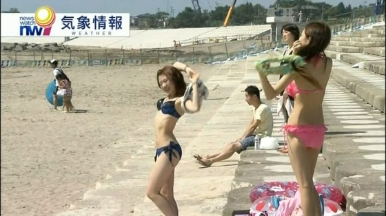 【水着キャプ画像】素人から女子アナやアイドルまでテレビでエロい水着でオッパイ強調しまくりンゴww 03