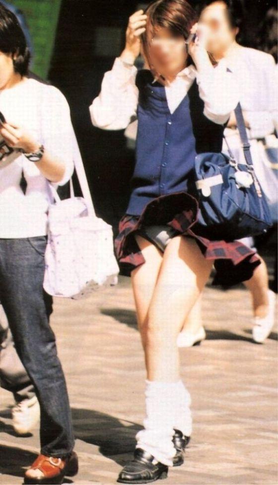 【ハプニングパンチラ画像】突然の突風により思いっきりスカートめくれちゃった素人さんww 12