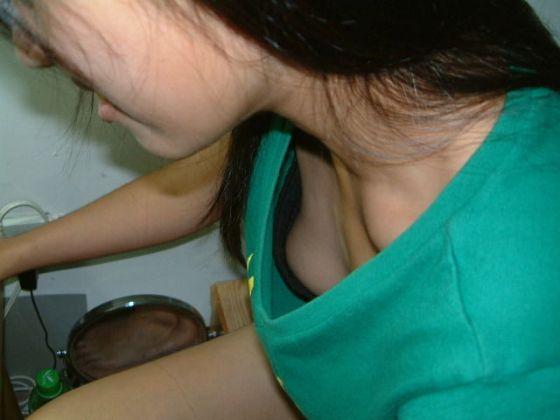 【乳首チラ画像】夏の薄着の女性は良く見たら乳首まで見えちゃってる人多すぎでしょww