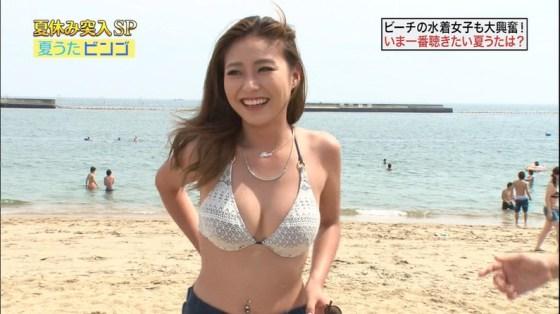 【水着キャプ画像】テレビでインタビューされた水着ギャル達のオッパイがシコシコすぎるwww 22