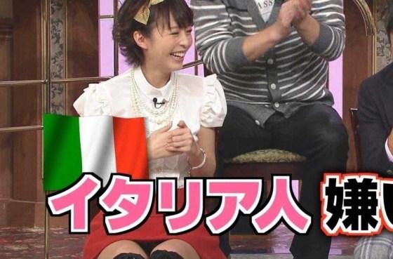【パンチラキャプ画像】ミニスカ履いてるのに気が緩んじゃったらほら~!パンツ見えちゃったww 02