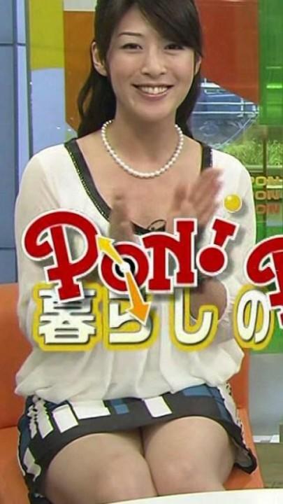 【パンチラキャプ画像】ミニスカ履いてるのに気が緩んじゃったらほら~!パンツ見えちゃったww 13
