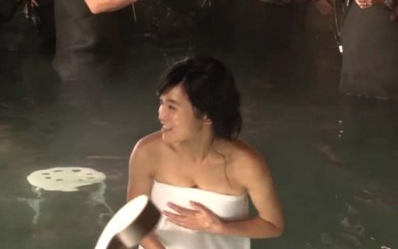 【温泉キャプ画像】バスタオル一枚でテレビに出ちゃうタレント達の身体のシルエットがエロすぎww 10