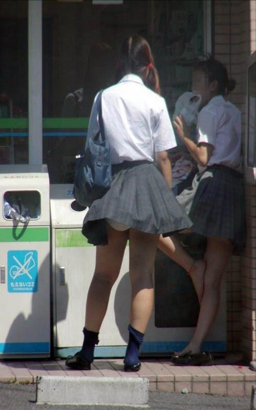 【パンチラハプニング画像】JKのスカートが風でめくれあがって大変な事になってるぞww 05