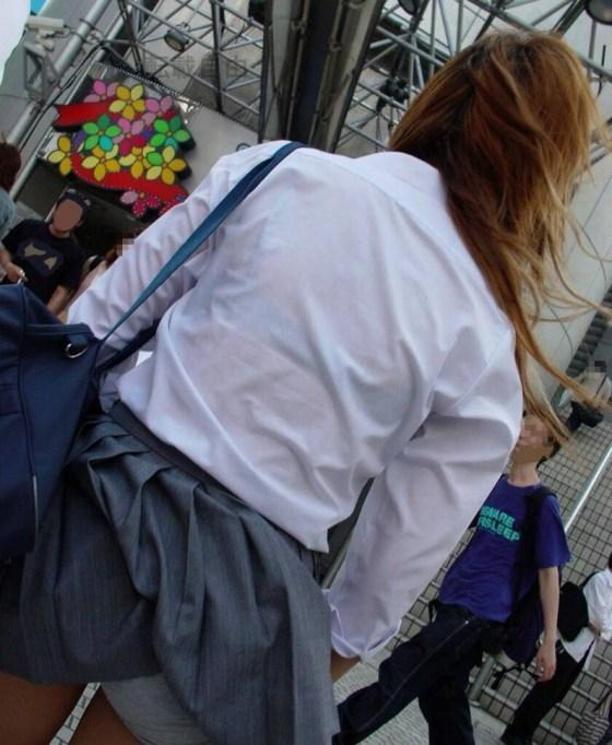 【パンチラハプニング画像】JKのスカートが風でめくれあがって大変な事になってるぞww 13