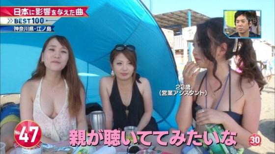 【水着キャプ画像】テレビで巨乳美女がビキニ着たらオッパイが下からもはみ出してるぞww 07