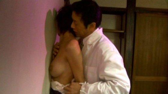 【濡れ場キャプ画像】濡れ場を演じてる女優さんがガチで感じちゃって乳首ピンコ立ちしちゃってるぞww 15