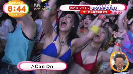【キャプ画像】夏も後半だしテレビに映った美人な巨乳の素人の水着姿をどうぞw 09
