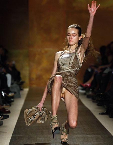 【お宝エロ画像】ファッションショーがオッパイショーとパンチラショーになってるwww 17