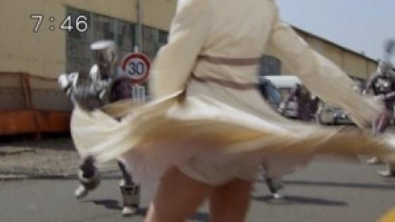 【お宝エロ画像】女優の戦ってるシーンで見えるパンツがエロすぎるwww 16