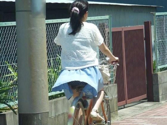 【パンチラ画像】ふわっとスカートがめくれた瞬間見てるこっちまで照れちゃいそうな豪快なパンチラww 21