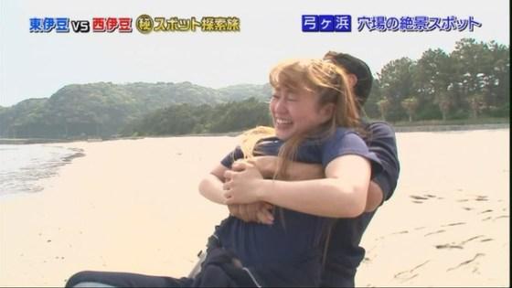 【放送事故画像】テレビでレズ行為?オッパイ揉まれて感じてる女達www 02