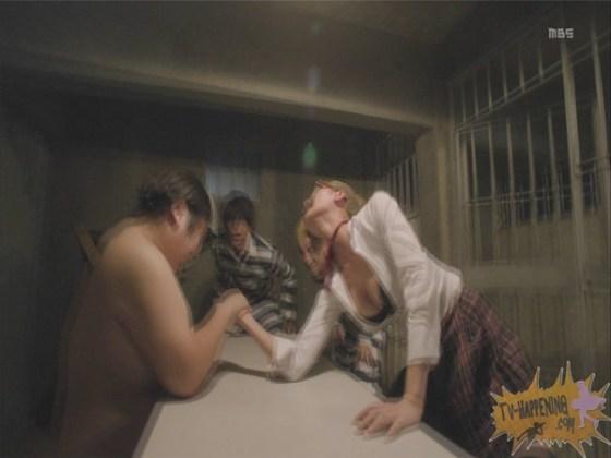 【お宝エロ画像】監獄学園第6話!腕相撲対決で揺れる爆乳ポロリ寸前!! 28