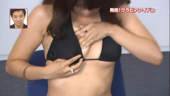 【放送事故画像】当たり屋に当たってしまったような乳首ポロリの放送事故がエロすぎるwww 06