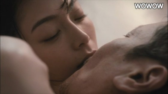 【放送事故画像】セックスする合図はやっぱりキス?ドラマなどで映ったキスシーンww 20