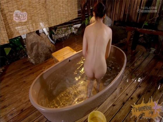 【お宝エロ画像】もっと温泉に行こうでゆっくりと服を脱いでいく姿に興奮しない?ww 13