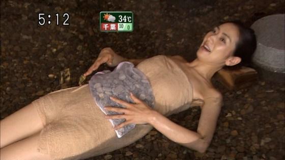 【放送事故画像】温泉レポでいつもバスタオルから半分オッパイ出すんでしょうか?www 18