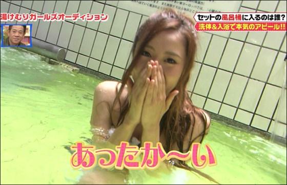 【放送事故画像】温泉レポでいつもバスタオルから半分オッパイ出すんでしょうか?www 20