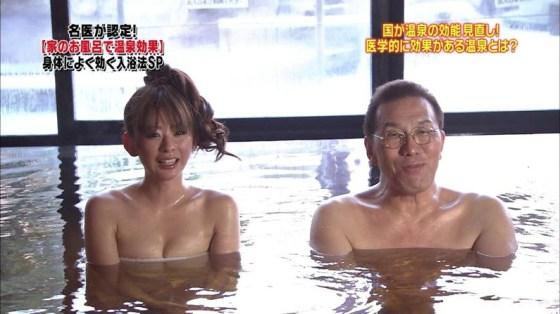 【放送事故画像】テレビでバスタオル一枚で映ると言うポロリ狙いな温泉レポww