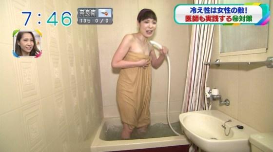 【放送事故画像】テレビでバスタオル一枚で映ると言うポロリ狙いな温泉レポww 17