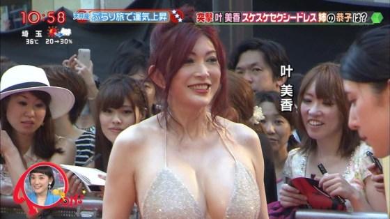 【放送事故画像】テレビ見てたらオッパイいっぱい、谷間がエロすぎる女性タレント達ww 09