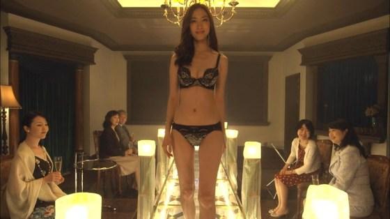 【放送事故画像】テレビで下着紹介するモデルのオッパイがエロすぎてもはや下着なんかどぉでもいいww 19