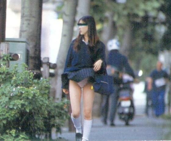 【パンチラ画像】強風注意報ならぬパンチラ注意報w見事にパンチラしちゃった女達ww 13