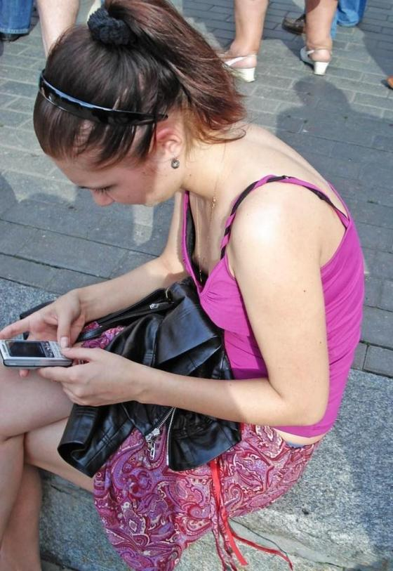 【素人ポロリ画像】街中で乳首まで見えてる女がいたもんだからそ~っとシャッター切ったったw 14