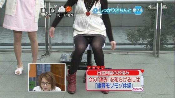 【放送事故画像】パンツが見えてることに誰からも言われず、そのまま放送されてしまった女達ww 05