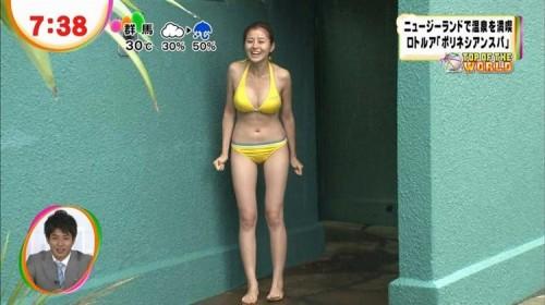 【放送事故画像】ビキニと言うポロリ危険度の高い水着でテレビに映る巨乳達www 16