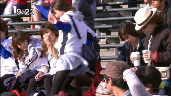 【放送事故画像】甲子園中継でパンチラまで映されてるとは知らず笑顔なJK達ww 02