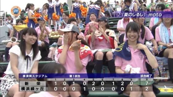 【放送事故画像】甲子園中継でパンチラまで映されてるとは知らず笑顔なJK達ww 04