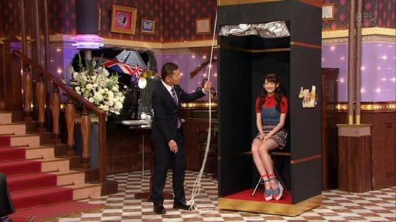 【放送事故画像】ミニスカやショートパンツ履いて太もも露出しながらテレビに出た結果ww 15