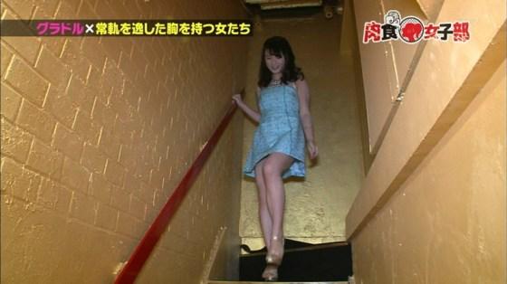 【放送事故画像】ミニスカやショートパンツ履いて太もも露出しながらテレビに出た結果ww 18