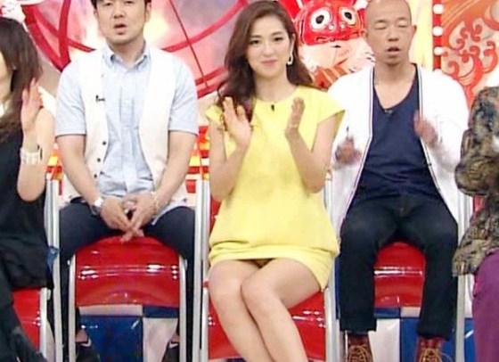 【放送事故画像】ミニスカ履いてチラチラ見せるタレント達のパンツの色当てようぜww 17